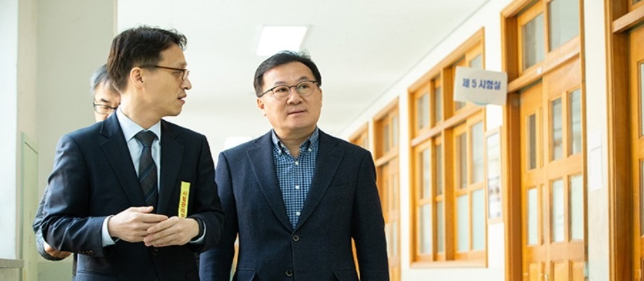 Hwang Seo Chong(The Minister of personnel management) visited examination site for recruiting grade 5